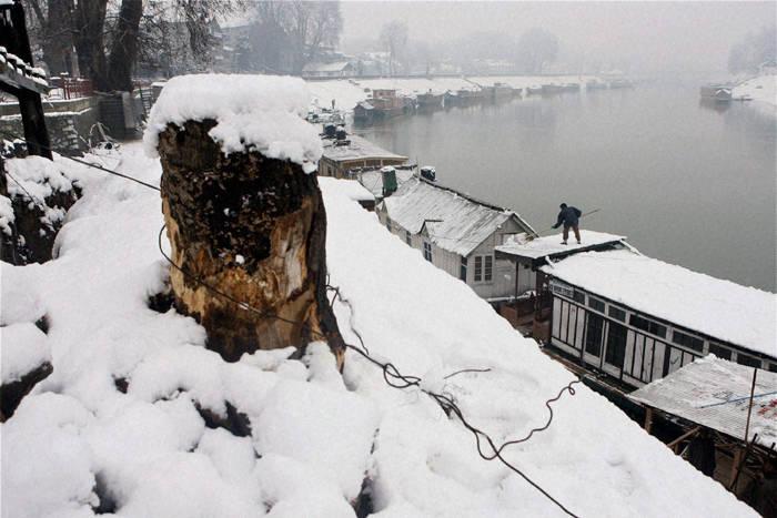 बर्फ की चादर में लिपटा हुआ है भारत