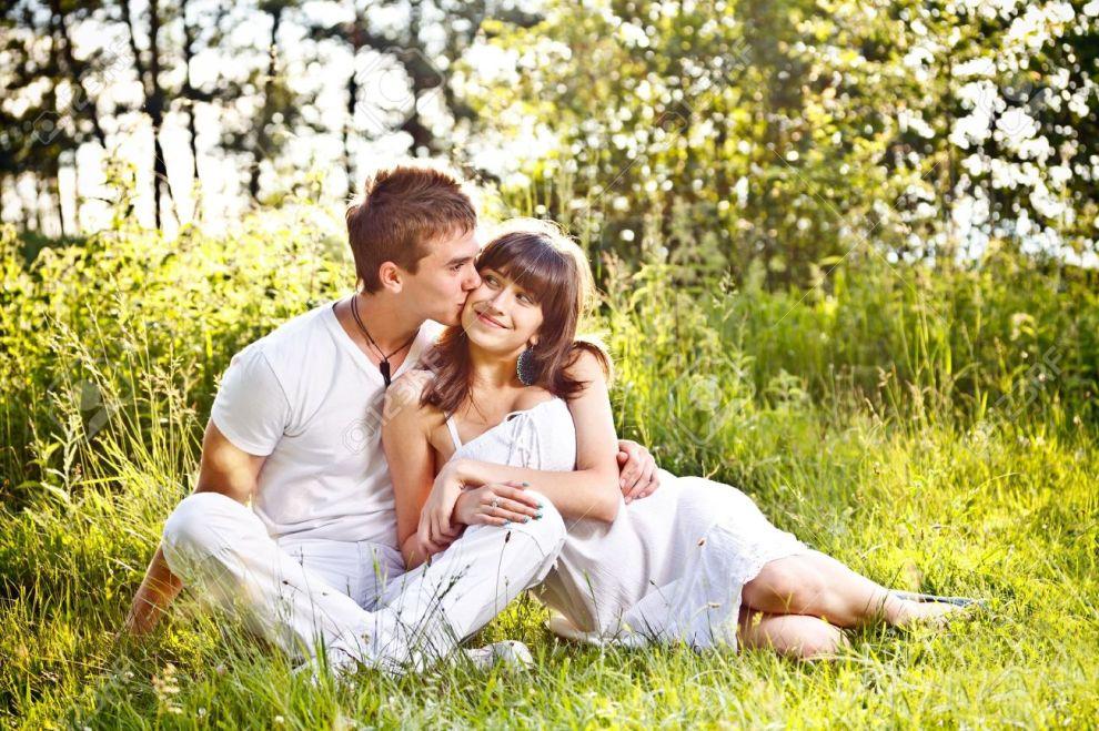 15099933-portrait-d-un-couple-adolescent-romantique-assis-dans-le-parc-banque-dimages