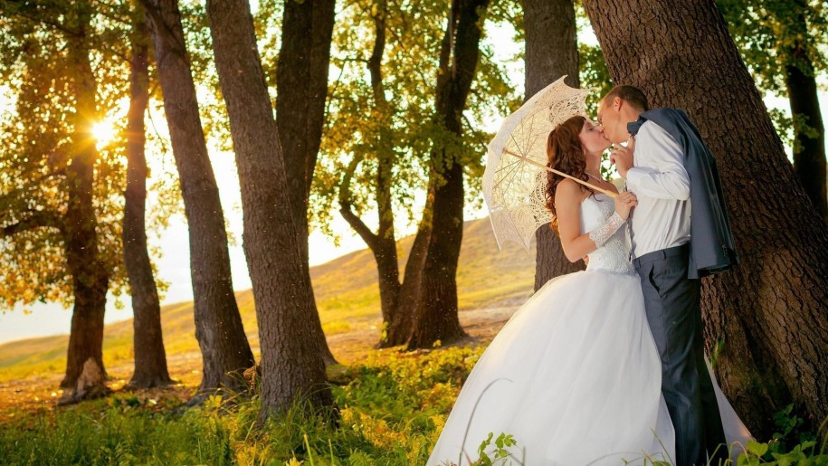 kissing-under-trees-romantic-couple-wallpaper-kissing-915x515