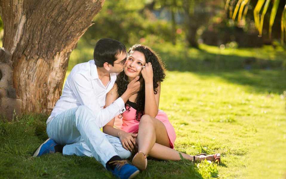 romantic-couple-kisses-in-park-happy-moods