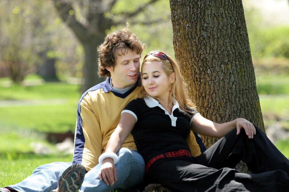 young-couple-having-picnic-in-a-park