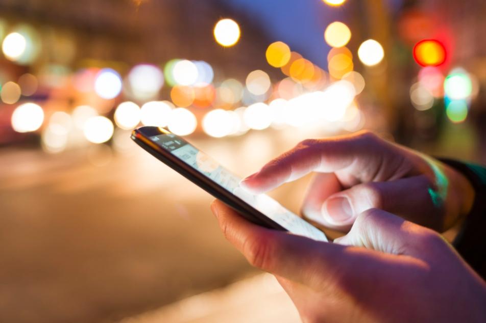फोन में ज़रूरी एप डाउनलोड करें